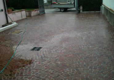 pavimento in cubetti di porfido rosso posati ad archi contrastanti