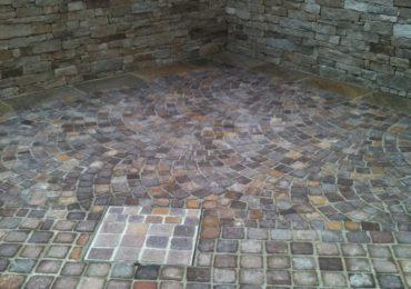 pavimento in cubetti di porfido e rivestimento in pietra naturale